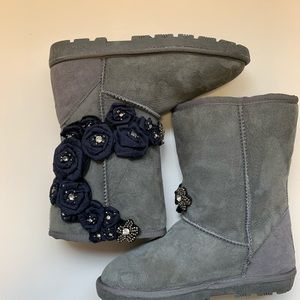 LAMO woman's boots size 6 gray with blue flower